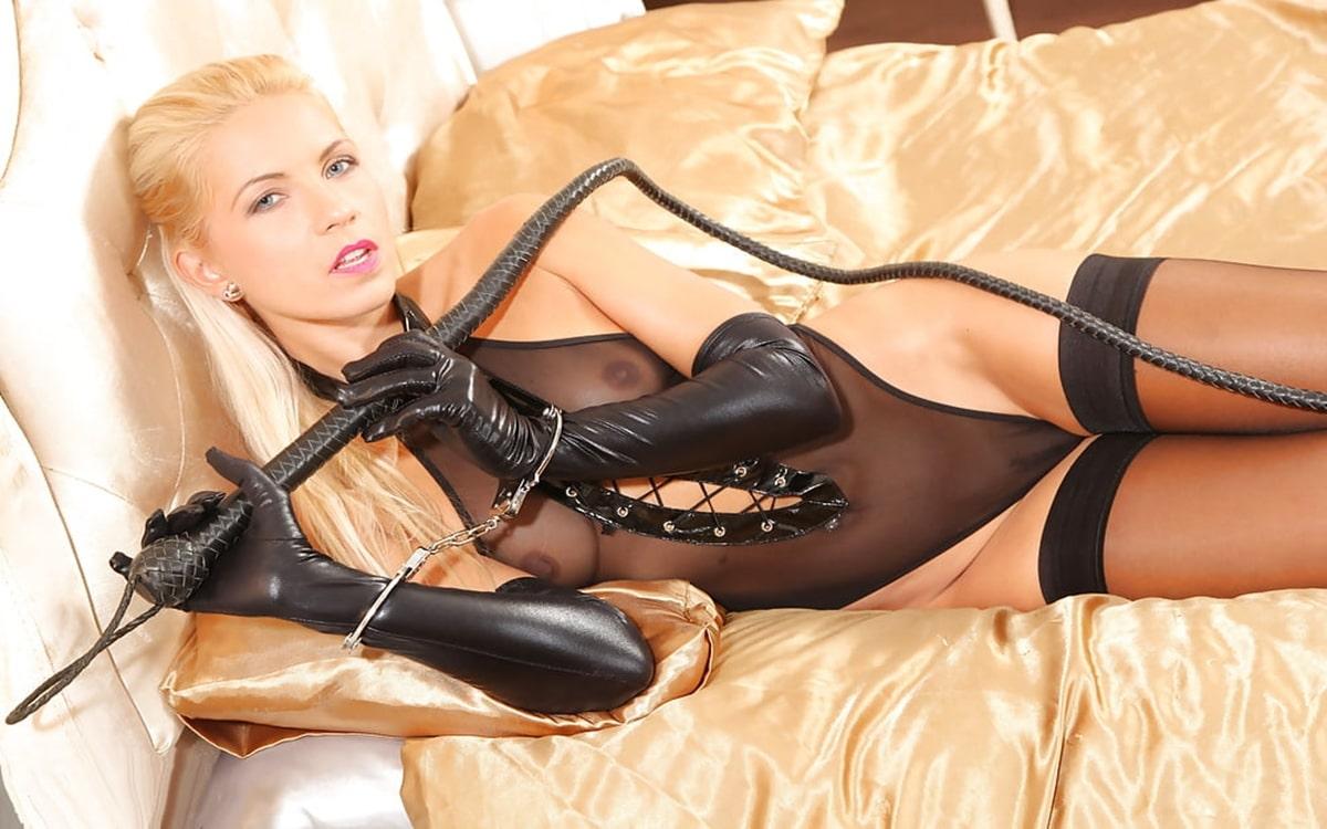 Blonde Domina bei der Telefonerziehung