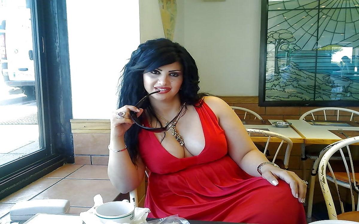 Frau mit extrem fetten Titten
