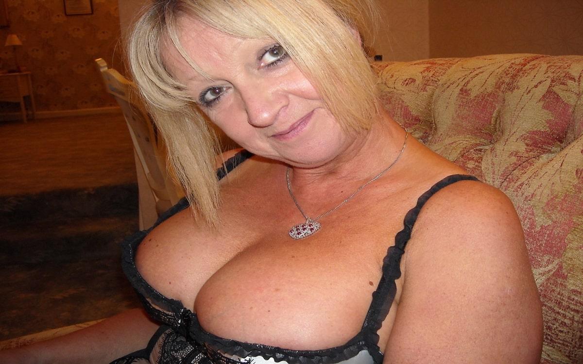 Sex mit einer blonden vollbusigen Hausfrau