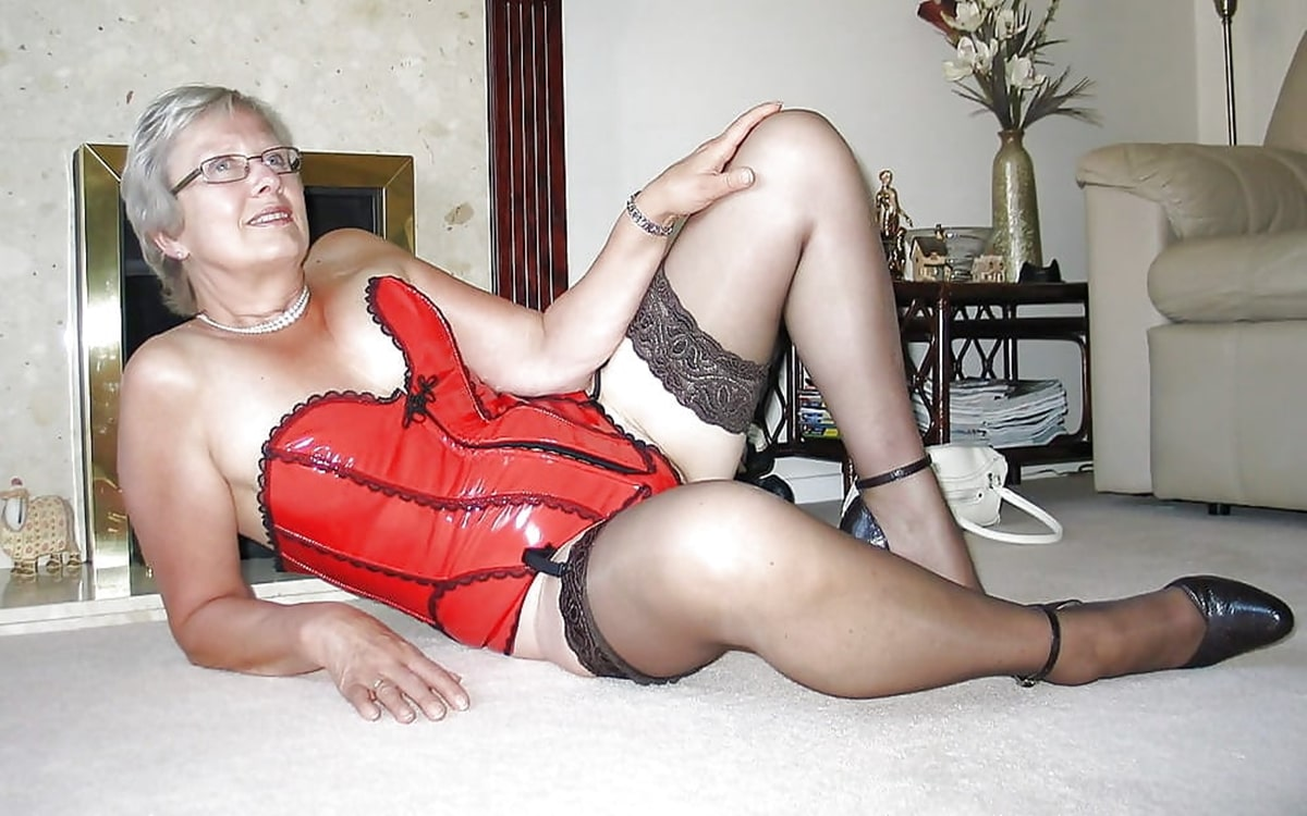 Geile Oma über fünfzig am Sextelefon bumsen