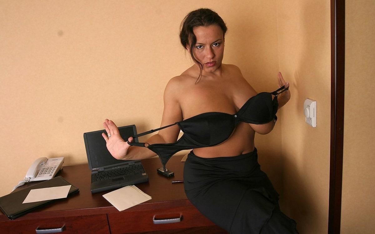 Brünette Sekretärin mit großen Titten